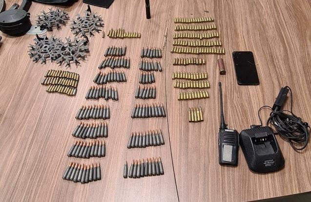 Detienen a dos presuntos traficantes de droga fuertemente armados en Cuauhtémoc