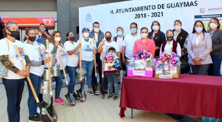 Entregó alcaldesa de Guaymas palas y baldes a madres de desaparecidos