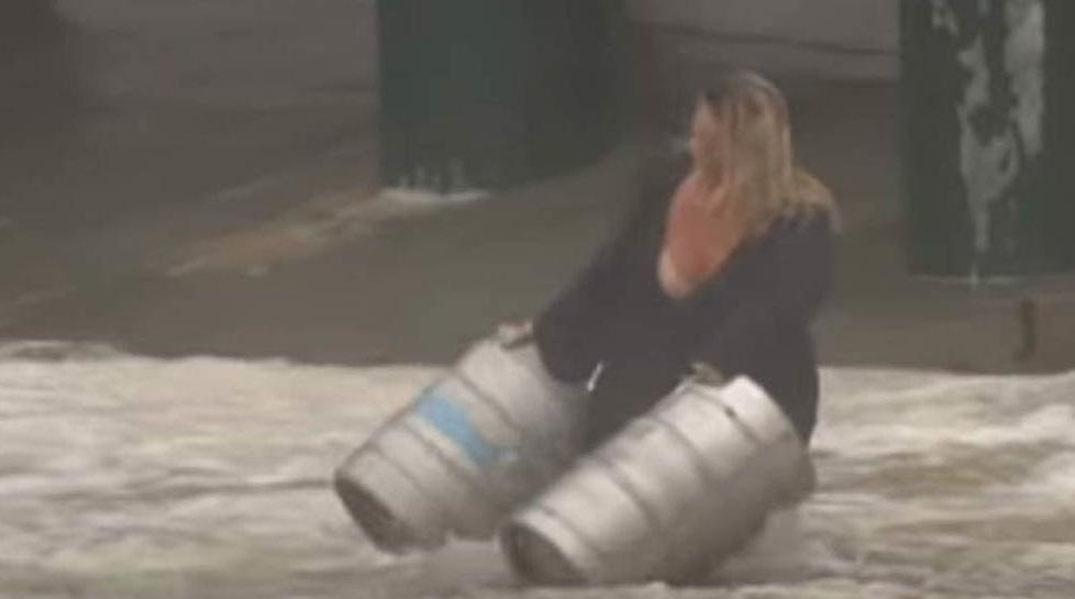 Video: Arriesga su vida en inundación para salvar barriles de cerveza