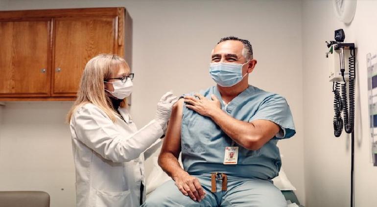 Andrés Smith es el primer mexicano en recibir vacuna contra COVID