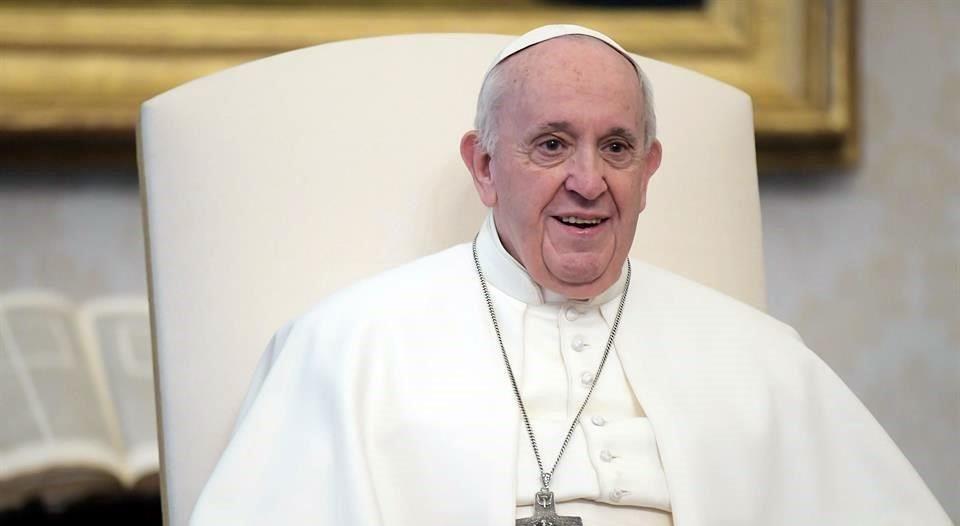 Recibe Papa segunda dosis de vacuna Covid