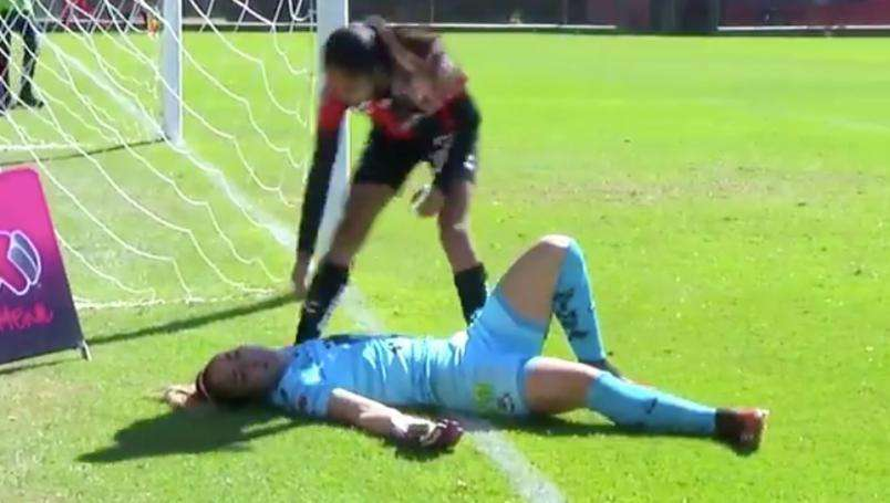 Resulta noqueada portera de liga mx femenil tras golpe con poste