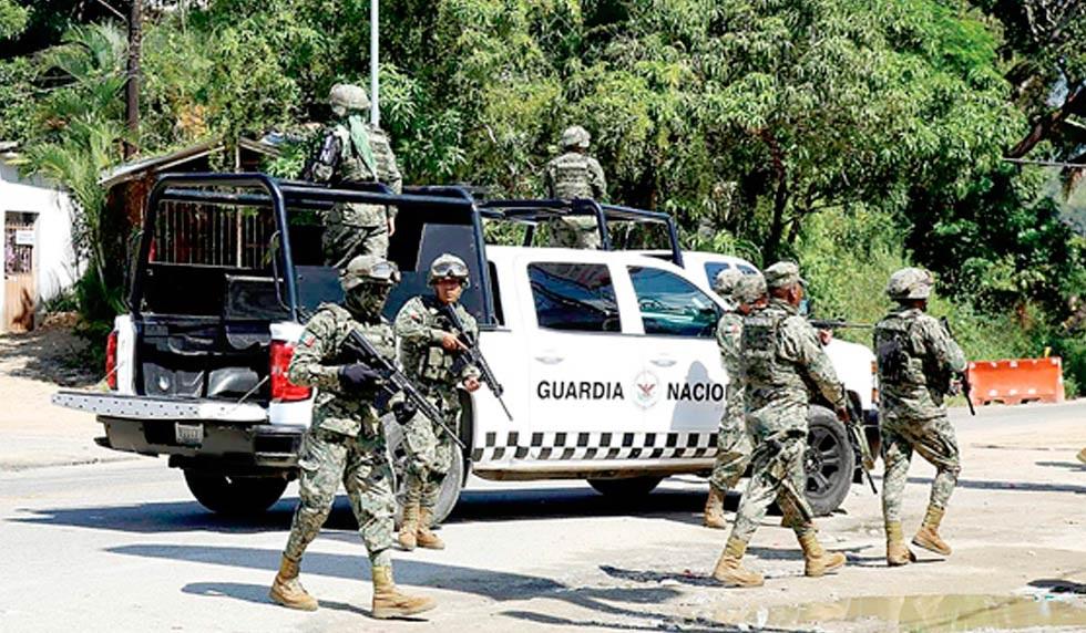 Aseguran armas y más de mil cartuchos en auto abandonado