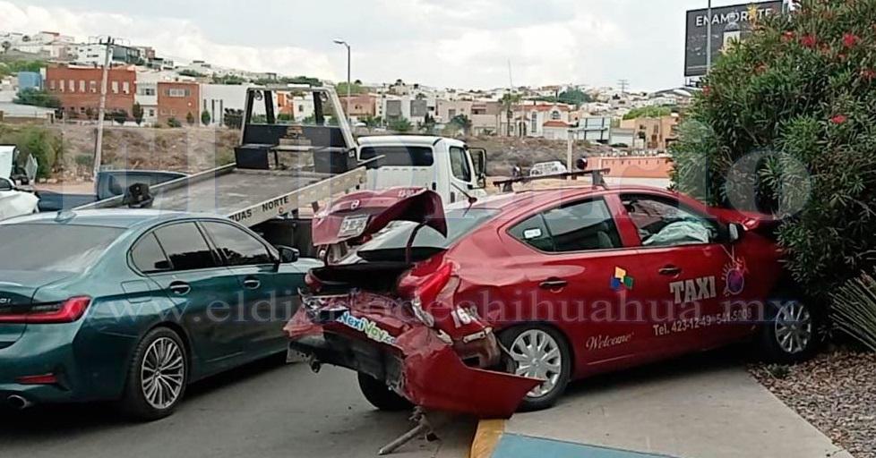 Dompe sin frenos arrasa con 10 autos en el De la Juventud
