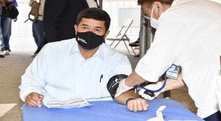Recibe Javier Corral vacuna anticovid
