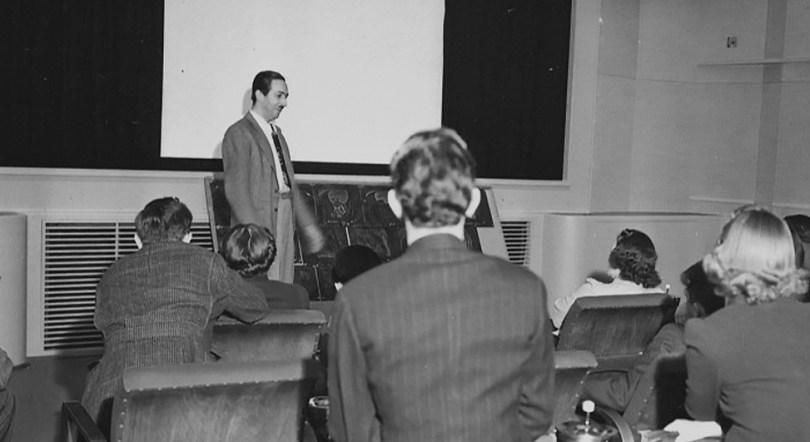 Walt Disney con su equipo en una screening room. Imagen tomada de blu-ray.com