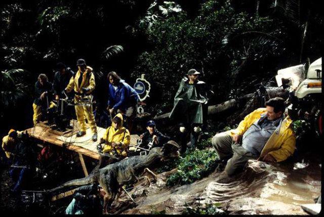 Equipo técnico controlando el animatronic del dinosaurio utilizado en Jurassic Park