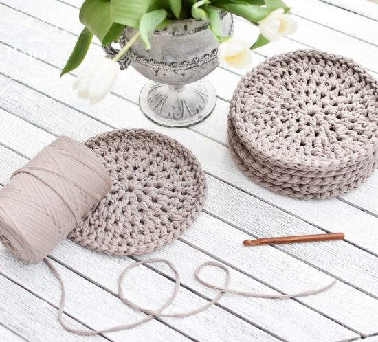 Crochet placemats from t-shirt yarn