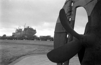 A Omaha, après la tempête du 19 au 21 juin 1944, un cargo échoué, en cours de déchargement à l'aide d'un convoi de GMC. au premier plan l'hélice d'un second cargo également échoué voir le reportage sur deux cargos échoués: https://www.flickr.com/search/?sort=date-taken-desc&safe_search=1&tags=gmcomaha&user_id=58897785%40N00&view_all=1 Voir le reportage sur les épaves à Omaha après la tempête: https://www.flickr.com/search/?sort=date-taken-desc&safe_search=1&tags=epaveomaha&user_id=58897785%40N00&view_all=1 Pour aller plus loin: http://omahabeach.vierville.free.fr/WebMulberry/85132-EpavesTempete.html