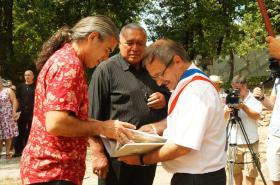 18-07-2015 le Maire de Port d'Envaux remet le livre des Lapidiales au chef Maori