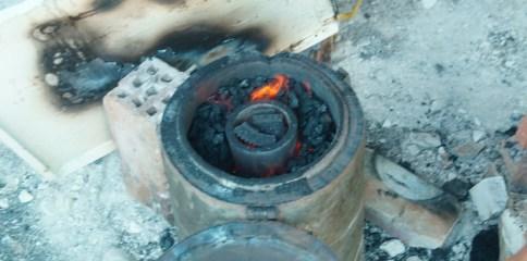 ... les flammes sont là, mais pas suffisantes pour faire fondre le métal.