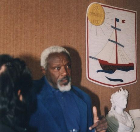 Ousmane Sow, en 2001, dans la Mairie de Port d'Envaux