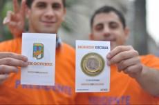 """Jóvenes """"naranjas"""" repartieron monedas de chocolate para reivindicar la lealtad de Scioli"""
