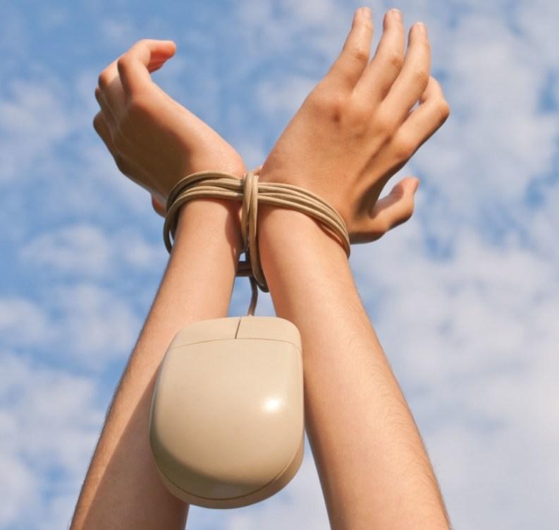 mani legate con cavo del mouse