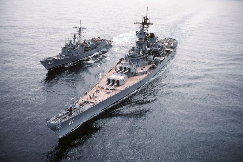 USS_Iowa_-_USS_Hallyburton_-_Ocean_Safari_85_-_DN-ST-86-02523