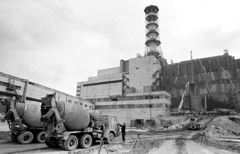 """Centrale di Černobyl' (CNPP), 1986: inizio della costruzione del cosiddetto """"sarcofago""""."""