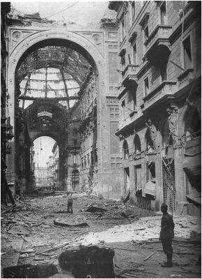 La Galleria Vittorio Emanuele II danneggiata dai bombardamenti nell'agosto del 1943.