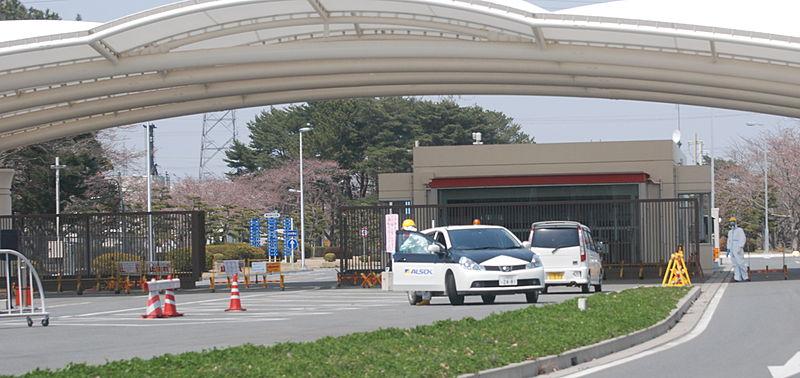 Ingresso principale della centrale di Fukushima 1, il 13 aprile 2011: il personale indossa indumenti e presidi protettivi.