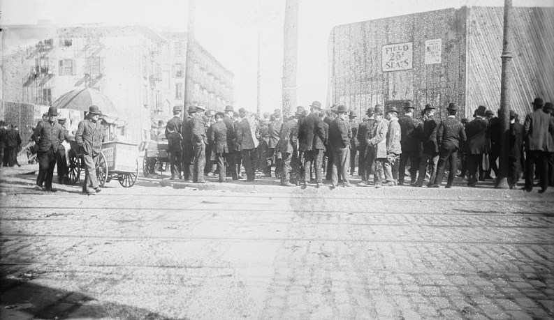 Coda per entrare in un campo da baseball a Brooklyn nel 1908 circa.
