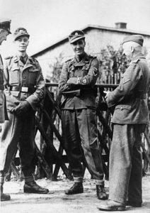 """Membri del """"British Free Corps"""" della Waffen SS:, Kenneth Berry e Alfred Minchin, con ufficiali tedeschi nell'aprile del '44."""
