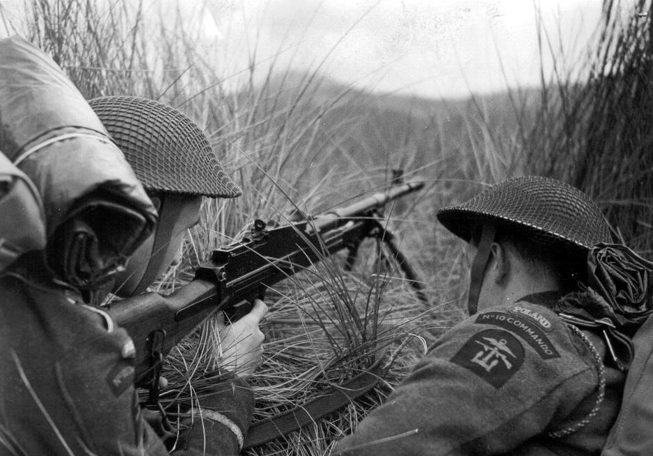 Uomini della No. 6 Polish Troop in esercitazione, Scozia 1943. Notare i distintivi del No.10 Commando, polacchi e delle Operazioni Combinate