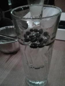 un bicchiere di raki con chicchi di caffè