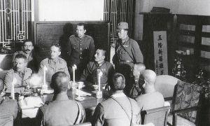 Il generale Maltby discute la resa con i giapponesi al Pensinsula Hotel di Hong Kong, il 25 dicembre 1941.