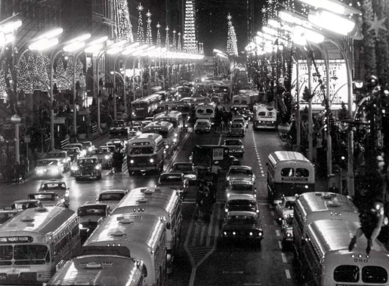 Traffico a Chicago durante il periodo natalizio, 1962.