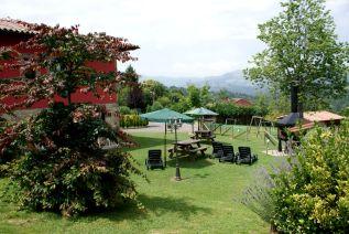 Jardín de La Quintana de Romillo con mobiliario y barbacoas