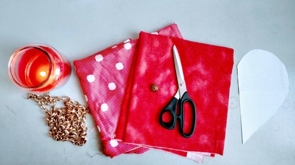 stoffa rossa forbici da sarta san valentino candela rossa profumata borsa a forma di cuore