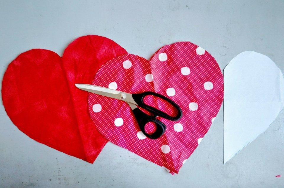 cuore di stoffa rosso forbice da sarta san valentino