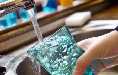 Fibre di plastica nell'acqua corrente di tutto il mondo: