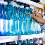 Scoperte microplastiche in molte delle bottiglie d'acqua ven