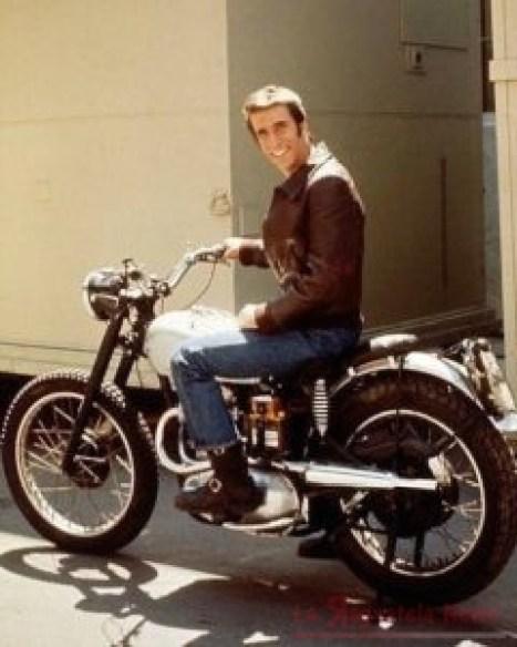 Arthur Fonzarelli sulla sua moto, una Triumph TR5