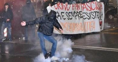 (VIDEO) CasaPound a Torino: tensione e manifestanti respinti con idranti