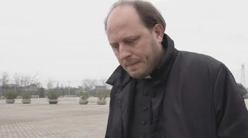 Nude a letto con il prete e l'amante o «la Madonna ti punisce»: le minacce del sacerdote arrestato