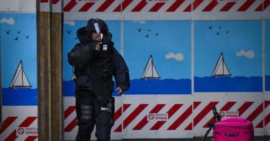Napoli. Bomba vicino uscita metrò: allarme rientrato