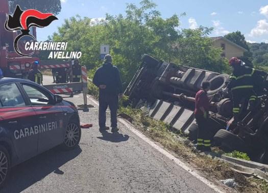 avellino carabinieri cc 112 camion ribaltato incidente