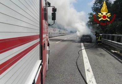 (VIDEO) Paura sull'A16, a fuoco un'automobile: incolumi i due passeggeri