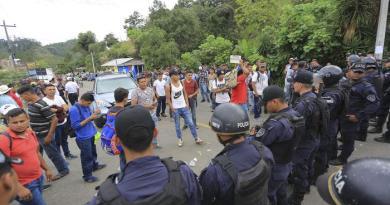 Guatemala. Migliaia di honduregni sfondano barriere con Messico