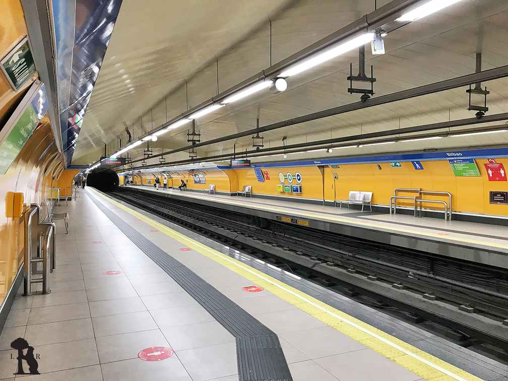 Este es el andén de la línea 1 de la estación de Bilbao. A lo largo del andén está pintado de azúl clarito bajo el nombre.