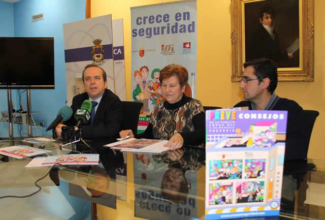 En la imagen, el director del Instituto de Seguridad y Salud Laboral, Tomás Pérez, y la concejal de Educación, Carmen Ruiz, junto al técnico encargado de coordinar la campaña.
