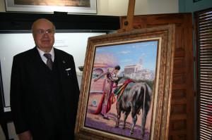 Pedro Escacena junto a una de sus obras