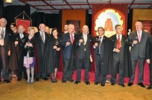Los cofrades brindan por el vino Monastrell y los nuevos miembros