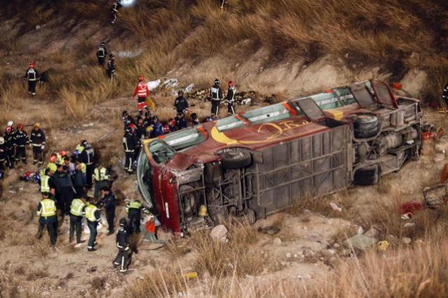 El autobús dejó marcas de frenado encima del stop que se saltó antes de volcar. EFE