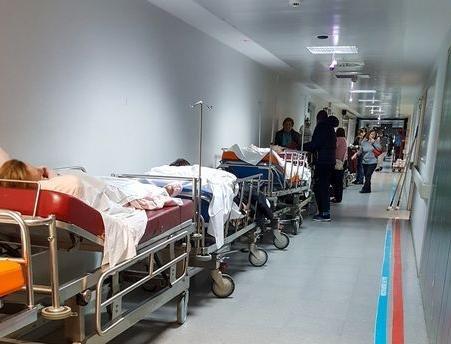 Imagen del lunes, con los pacientes ocupando los pasillos de las Urgencias del hospital ourensano