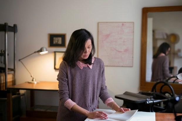 03 mai 2017 : Morina MONGIN, dans son atelier de la Reliure Contemporaine. Paris (75), France
