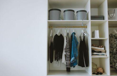 Armario organizado: dividir las prenda spor secciones.
