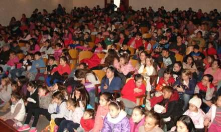 Casi 400 niños colmaron el teatro