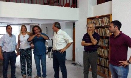 Llamosas entregó 100 mil pesos para refaccionar la fachada de la Biblioteca Mariano Moreno
